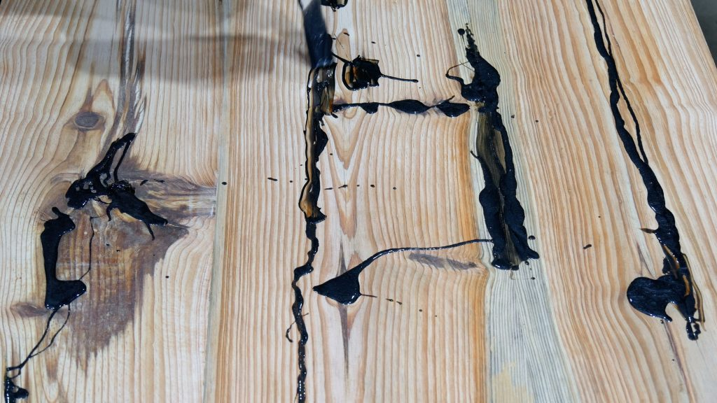 how to make a rustic table with epoxy resin - fill knots