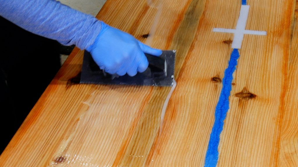 how to make a rustic table with epoxy resin - flood coat trowel 1/8
