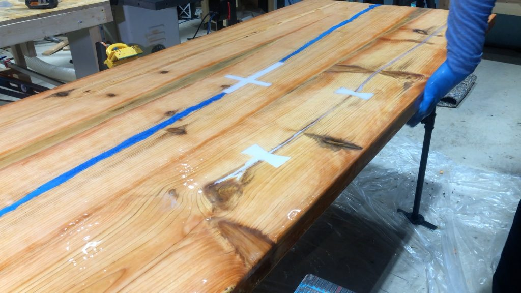 how to make a rustic table with epoxy resin - flood coat wipe sides