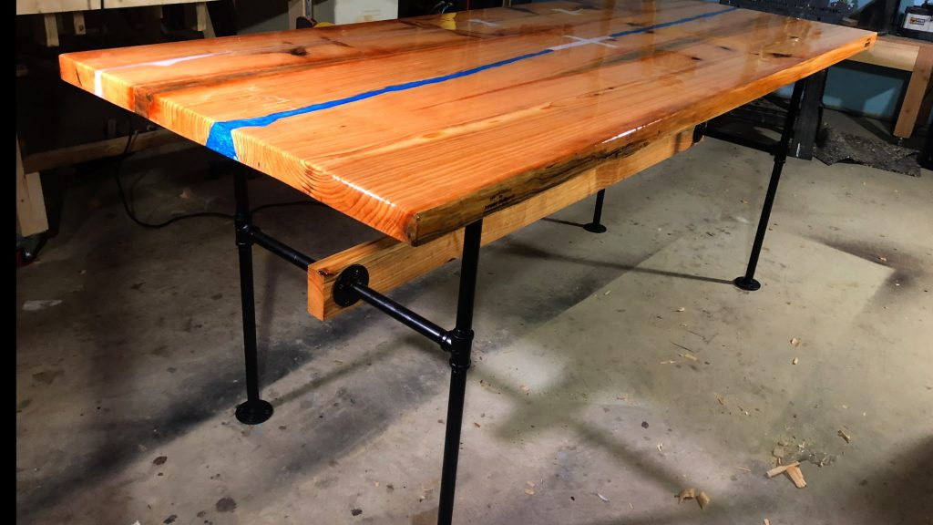how to make a rustic table with epoxy resin - final picture