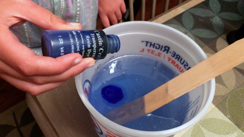 Adding blue transparent resin dye